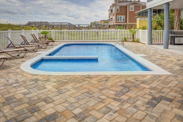 Stenläggning i trädgård med pool